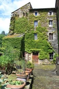 Château de Coupiac en Aveyron - cour ensoleillée du château
